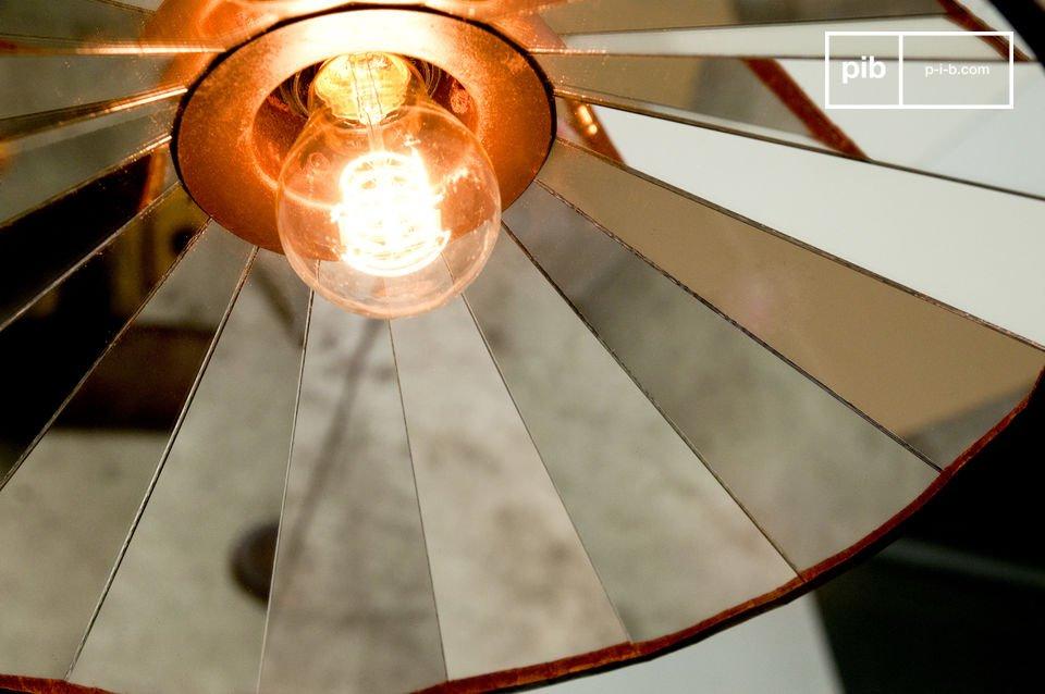 Una lampada molto luminosa con degli specchi ce riflettono in bellissimo motivo a mosaico circolare