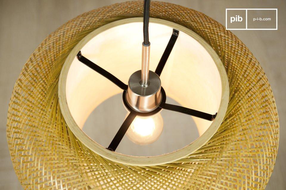 Questa elegante lampada realizzata con dei fili di bamboo finemente intrecciati che le donano