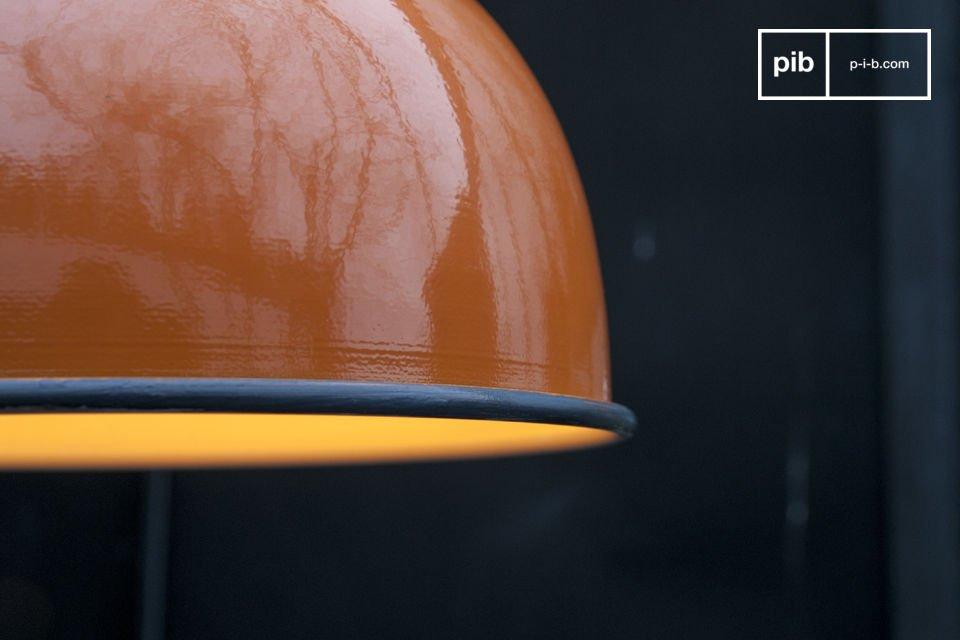 Le bellissime finiture arancioni della lampada a sospensione Snöl donerà un tocco di colore ai