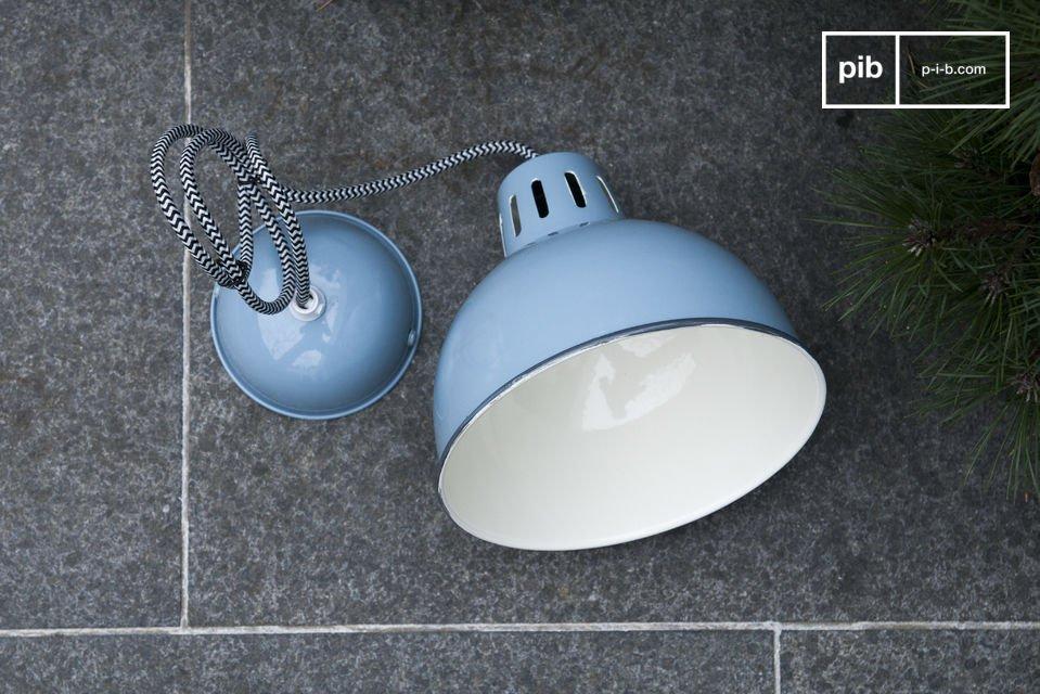 Le belle finiture blu del lampadario Snöl brilleranno sul vostro soffitto portando un tocco di