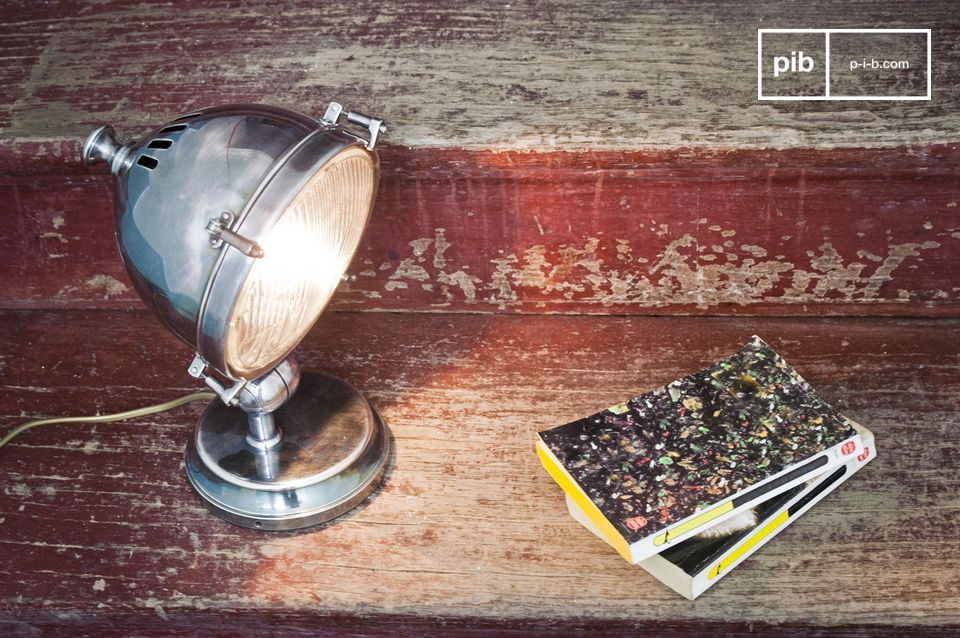 Questa lampada in ottone argentato altamente lucidato può essere utilizzata come lampada da tavolo