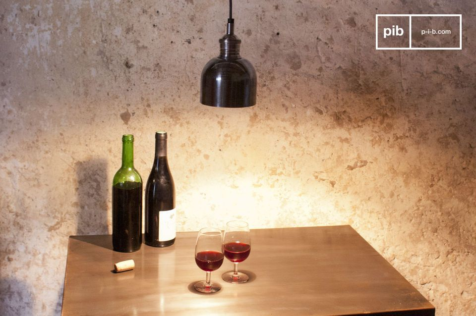 Una piccola lampada pendente per illuminare la spalliera di un letto o un tavolo