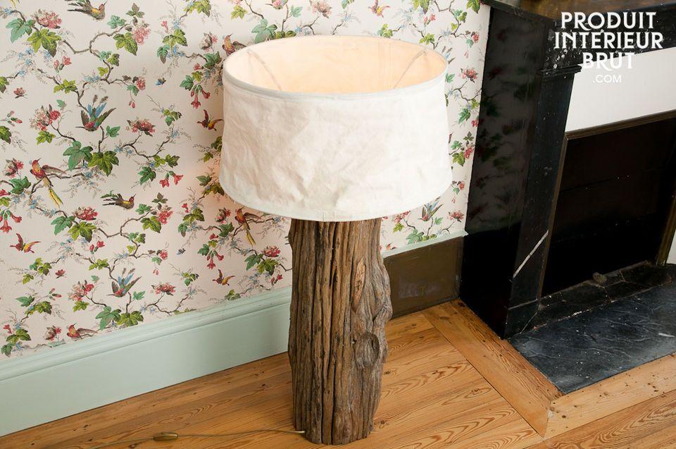 Scegli questa lampada fatta con un vecchio tronco per un\'illuminazione rustica e naturale