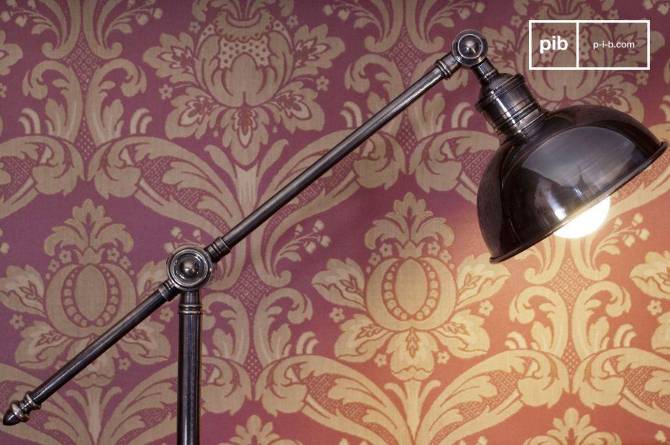Una bellissima lampada da lettura industrial, con un rivestimento argentato impeccabile
