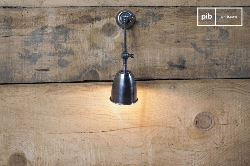 Lampada da parete con testa orientabile, rifinita in nichel verniciato