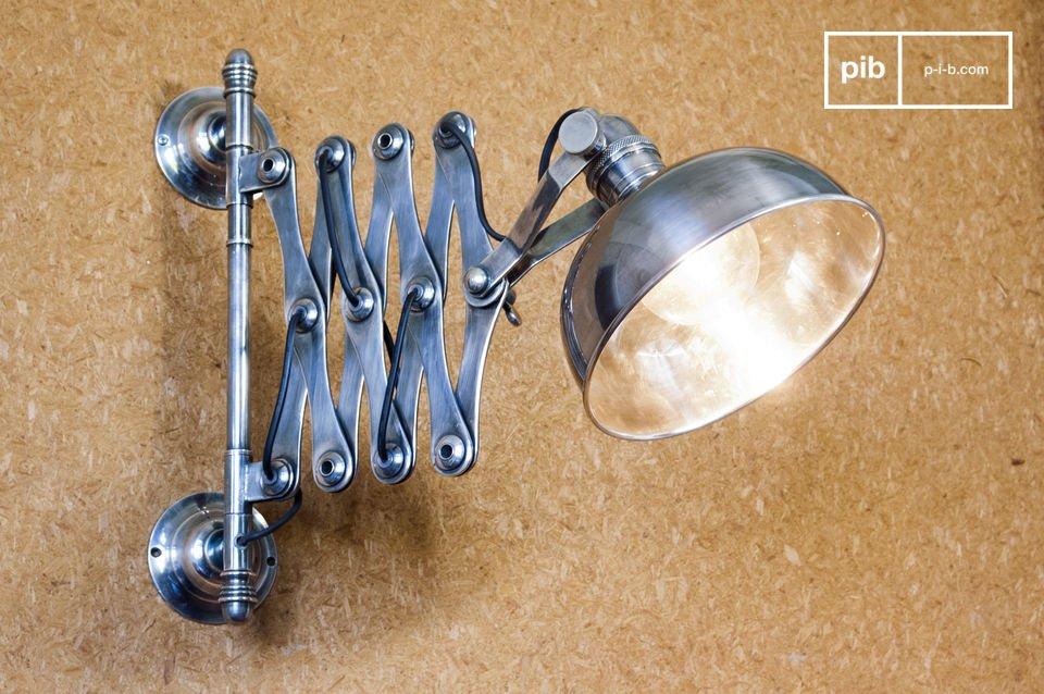 Bellissima lampada argentata da parete con braccio estendibile di pregevole fattura