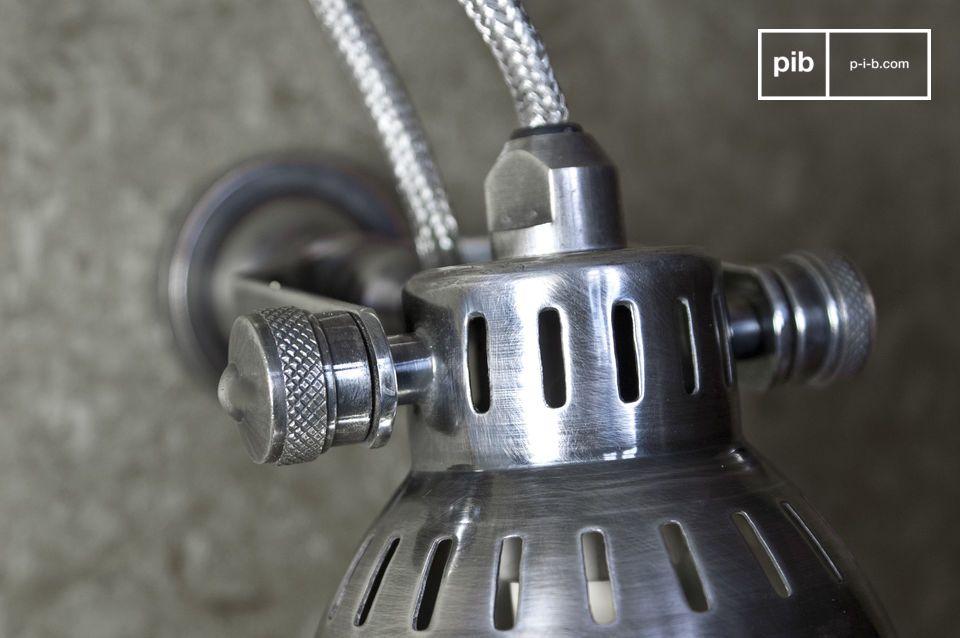 Piccola lampada da parete argentata con lampadina alogena