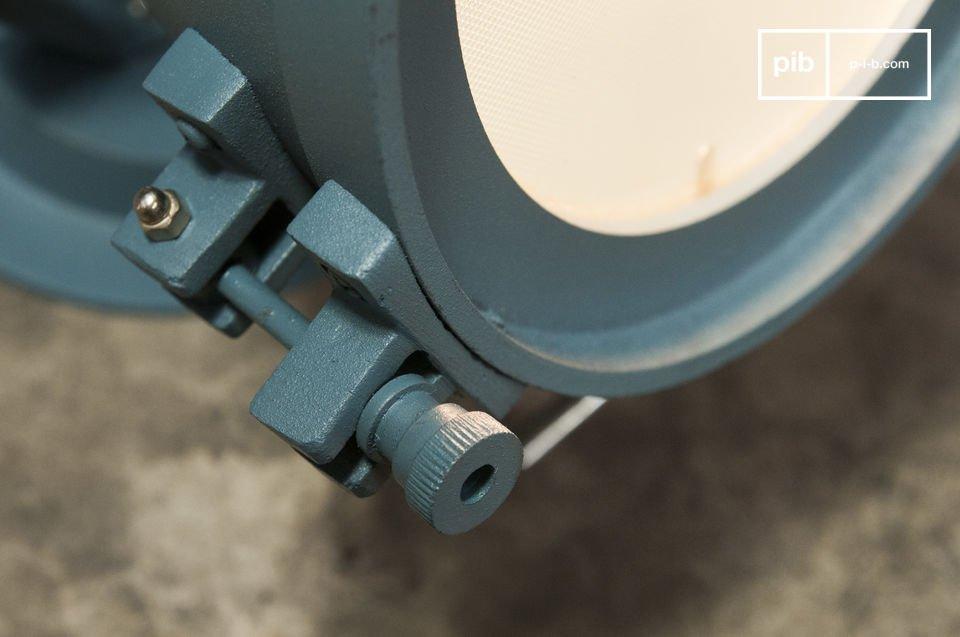 La combinazione di acciaio e alluminio temprato è la prova provata del fatto che la lampada da