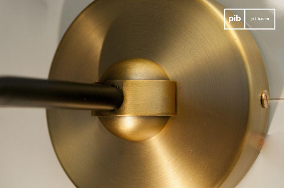 La purezza del vetro e l\'eleganza dell\'alluminio dorato combinati per questa lampada da parete