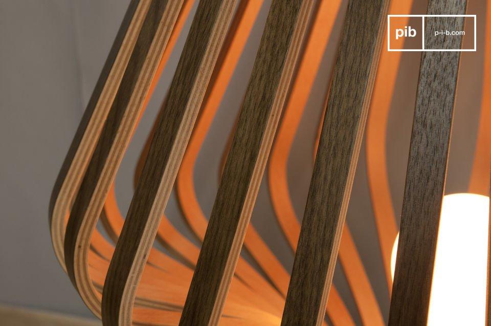 La base della lampada consiste in un disco di nickel dalle finiture satinate e da una barra