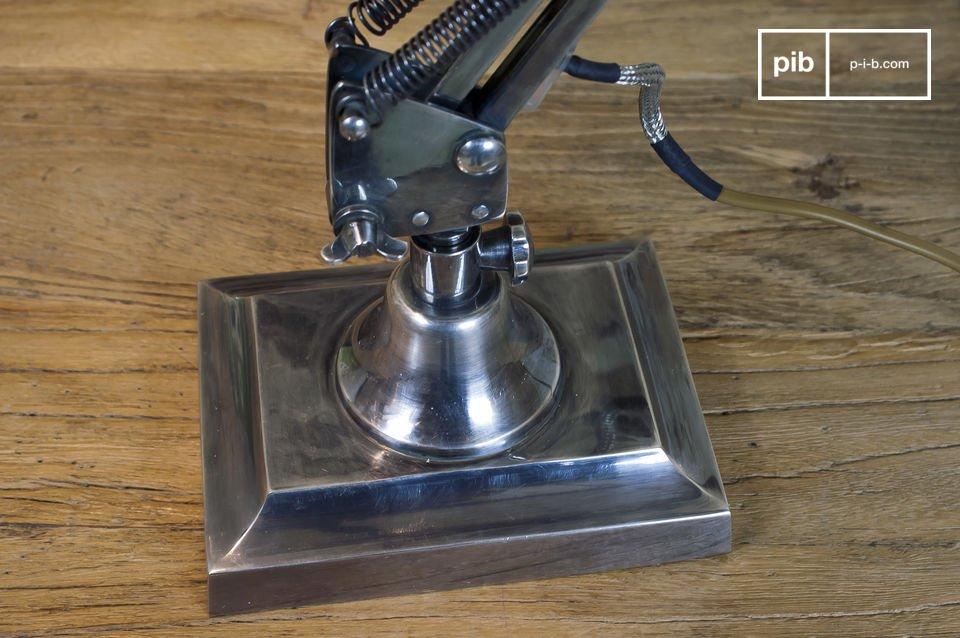 Funziona con una piccola lampadina avvitabile modello E14