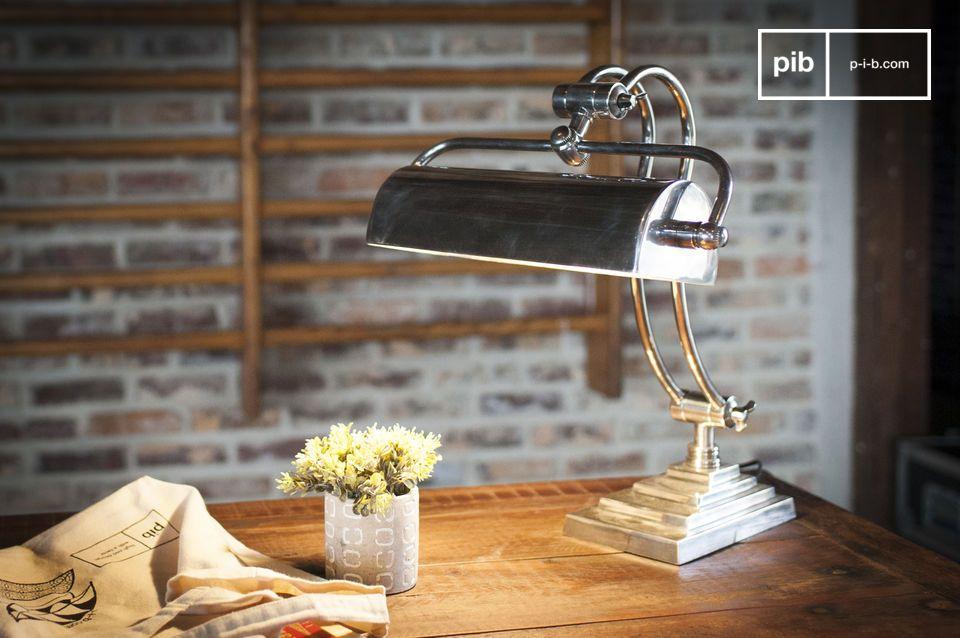 La lampada da scrivania Hedges combina ottone e argento verniciato per uno stile decisamente Art