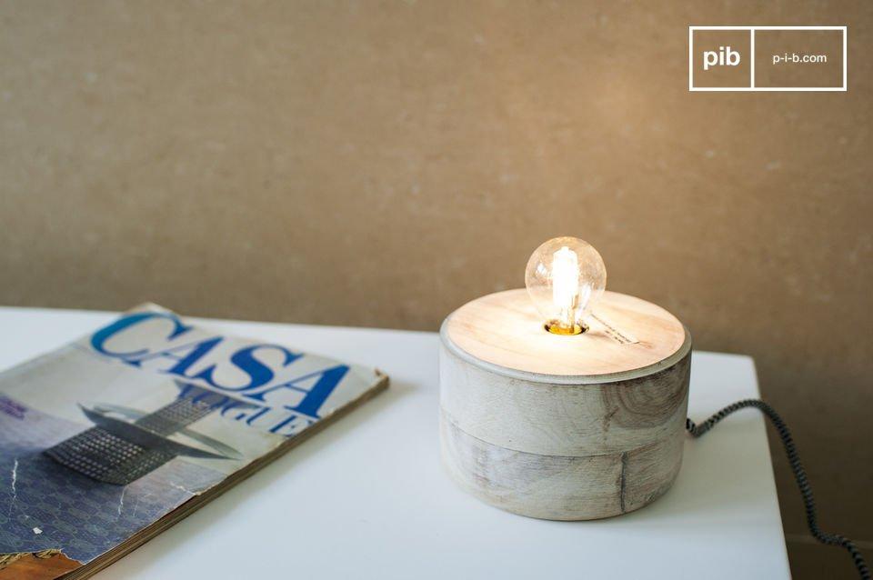 Una piccola lampada che combina legno e metallo