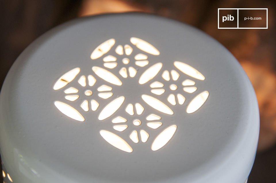 La lampada da tavolo Lënie è una lampada di piccole dimensioni ma piena di fascino che donerà la