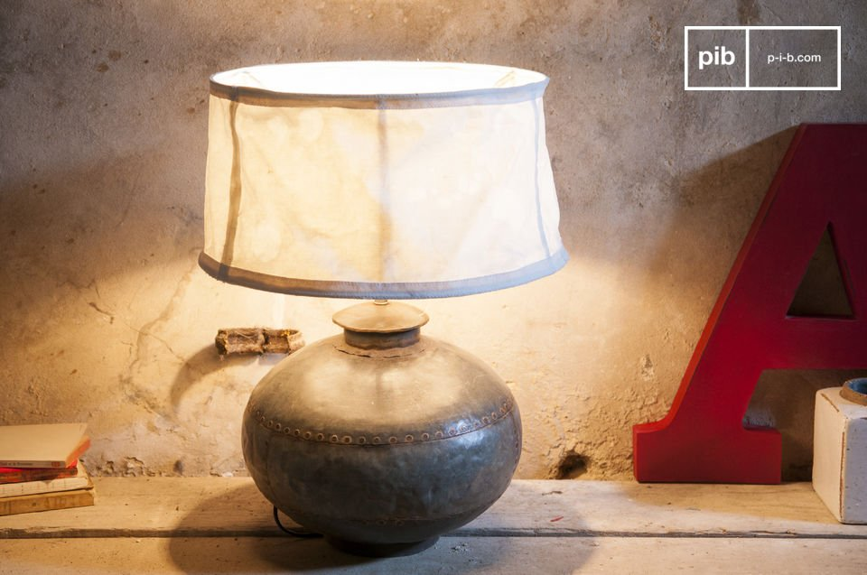 Una vecchia giara usata come lampada retro
