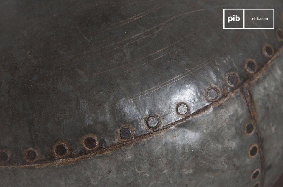 La lampada da tavolo Nessos ha il classico design dei vecchi recipienti