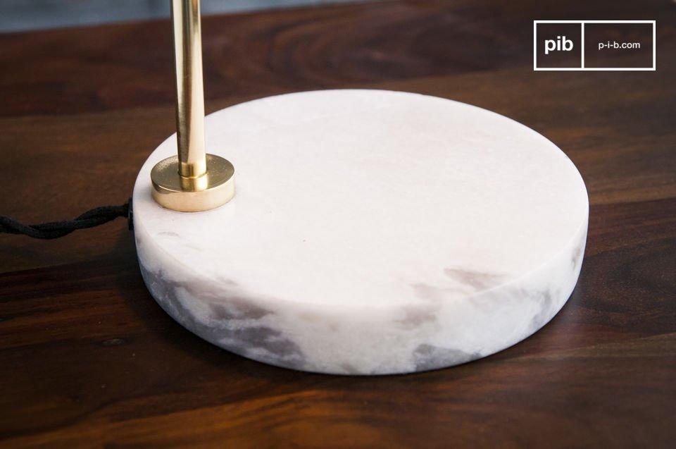 La lampada da tavolo Ora è un bellissimo esempio di design scandinavo, realizzato in marmo e ottone
