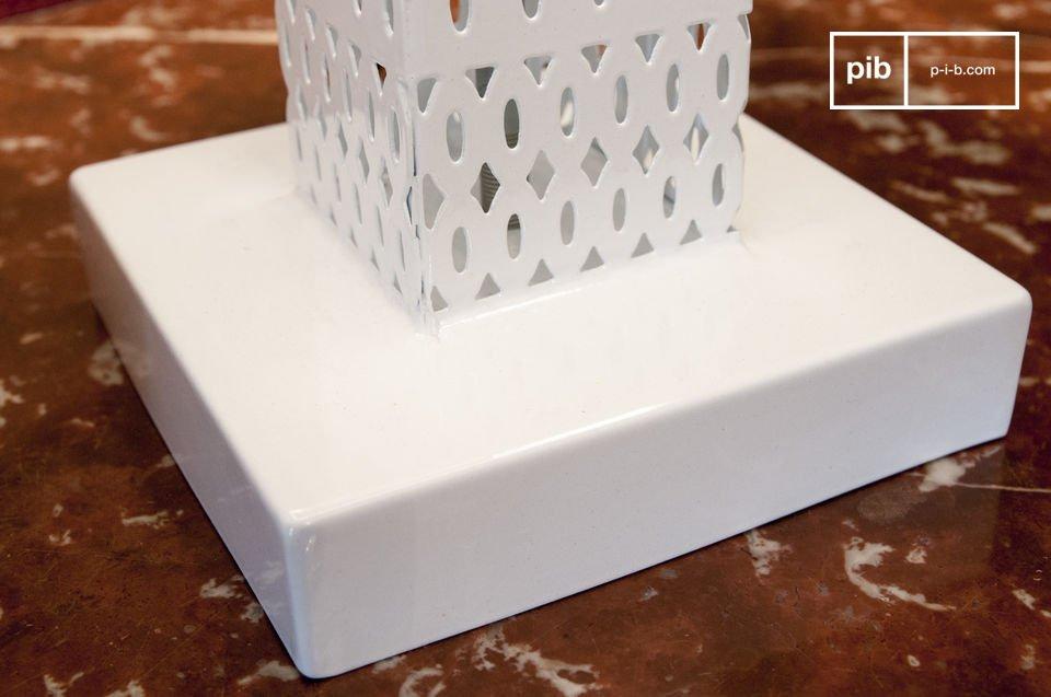 La lampada da tavolo Raüma è una bellissima lampada che diffonde una luce particolare