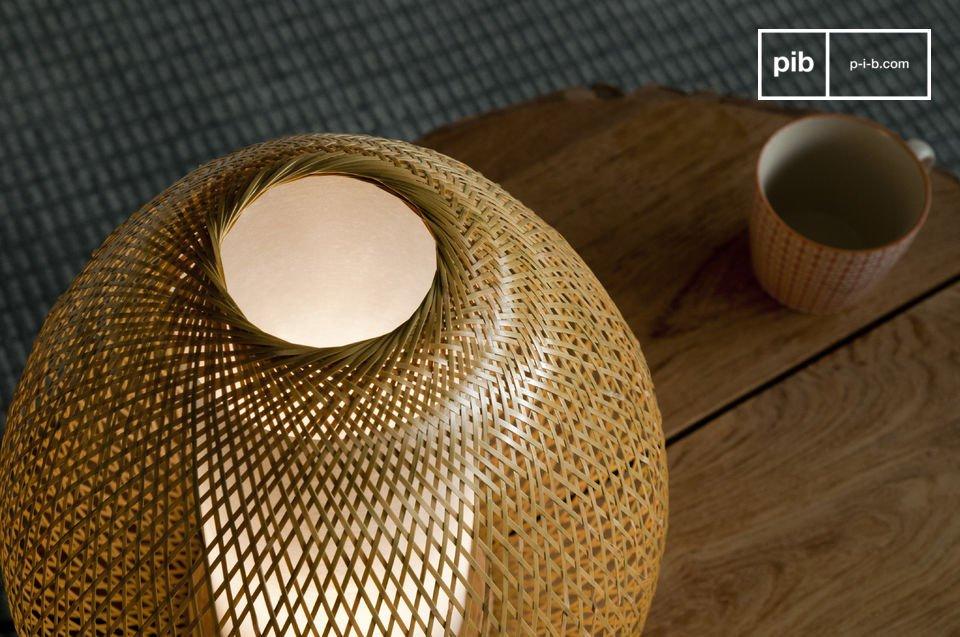 Ammirate il lavoro di tessitura del bamboo che rende questa lampada un pezzo unico