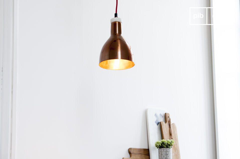 Una piccola lampada pendente che combina marmo e rame
