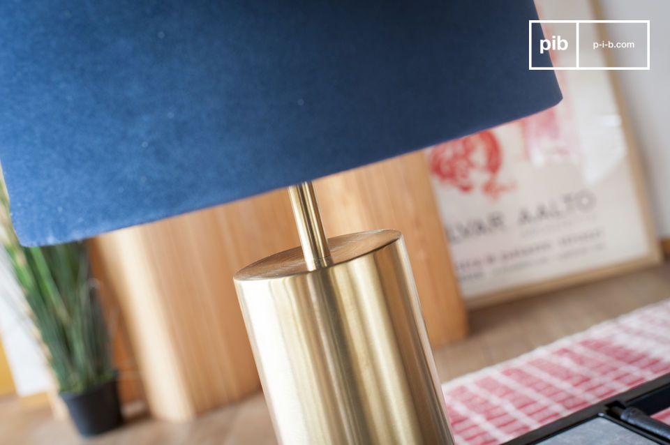 La perfetta combinazione di velluto blu e ottone per una lampada di design