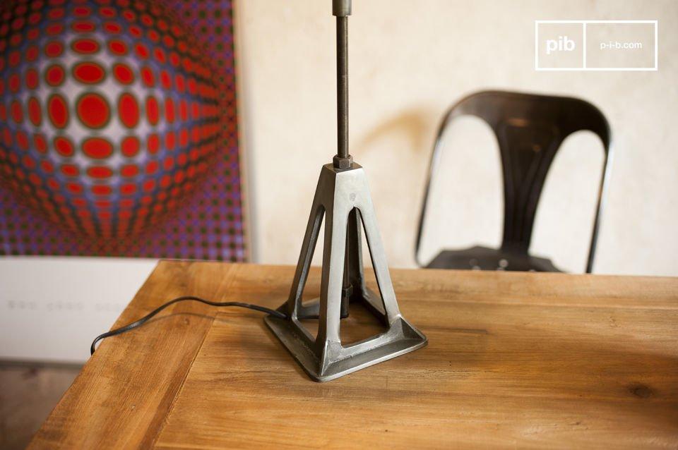 La lampada Eprion è un perfetto esempio di lampada retrò con un forte carattere industriale che