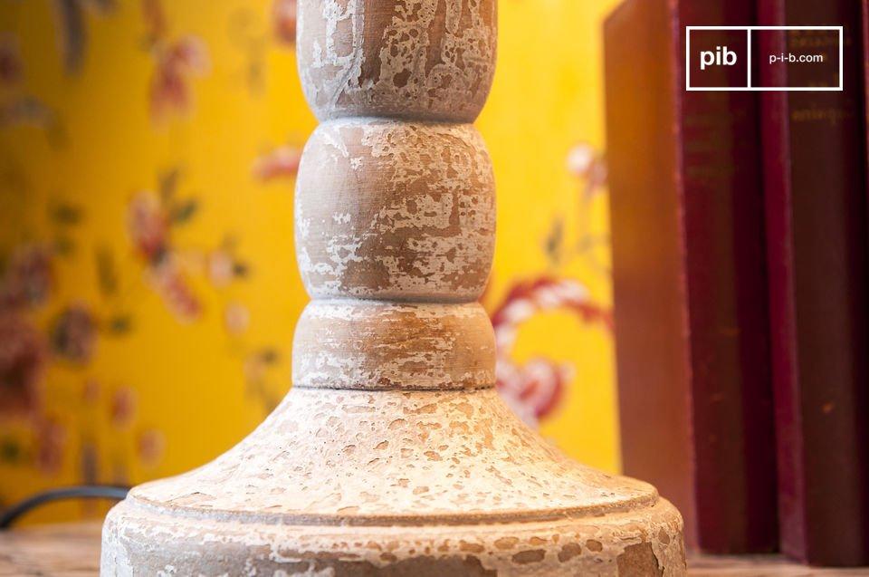 Lampada in legno bianco invecchiato che può essere posizionata su un tavolino