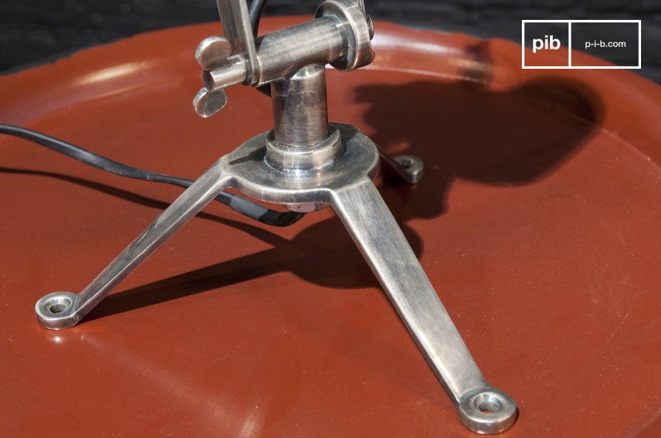 Con la sua struttura tondeggiante, questa lampada è caratterizzata da un marcato stile industriale