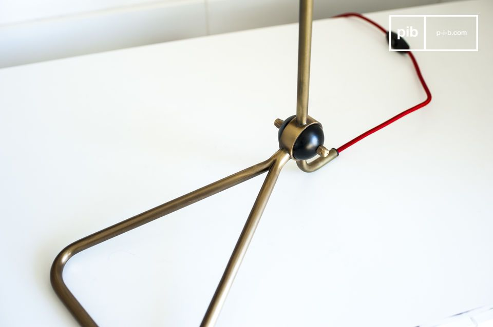 La lampada Kelly è una bellissima lampada design dalla struttura molto elegante