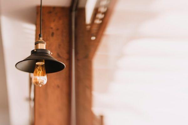 lampada moderna con lampadina