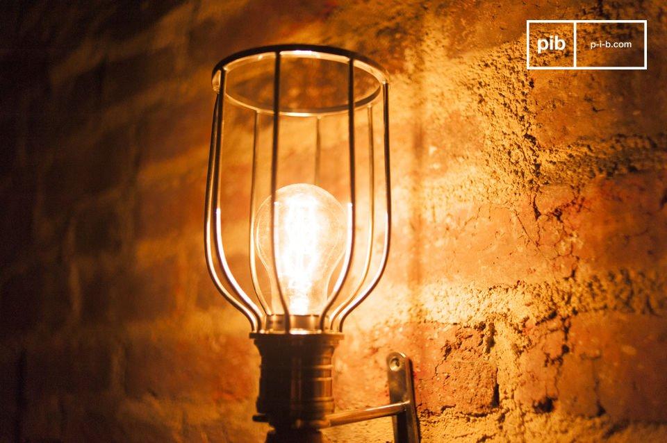 Lampada realizzata in legno e metallo in stile vintage con maniglia