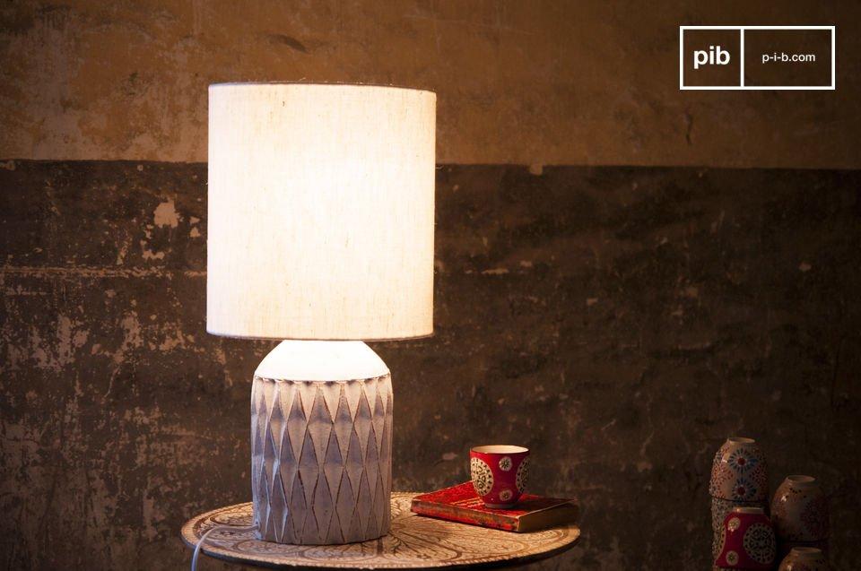 La Lampada Romeo è caratterizzata da una finitura bianca patinata ed è realizzata in terracotta