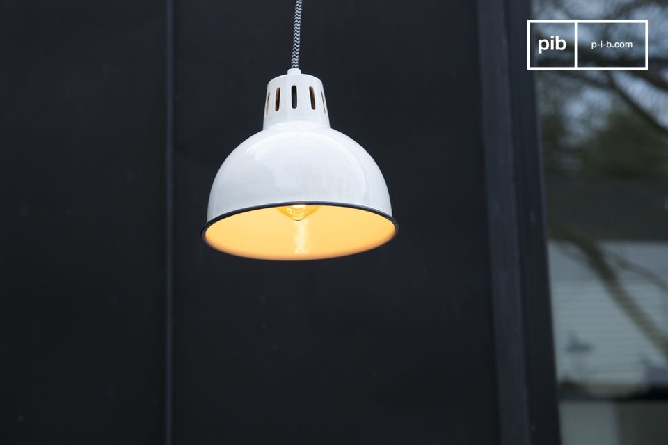 Le belle finiture bianche del lampadario a sospensione Snöl brilleranno sul vostro soffitto e