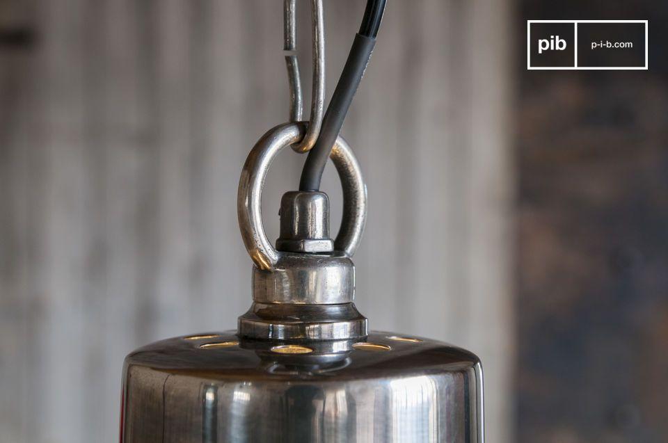 Il lampadario argentato Lynce è caratterizzato da linee classiche amplificate da splendide finiture