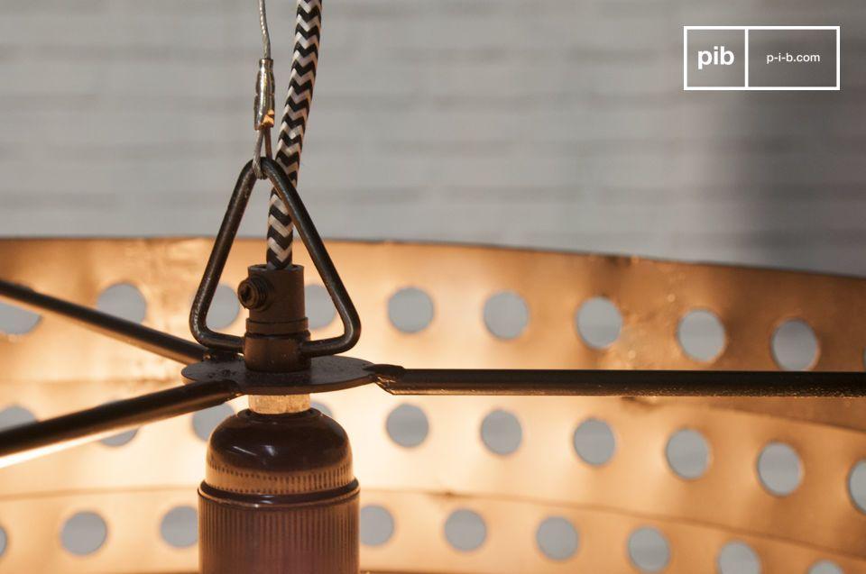 Interamente in metallo, questo lampadario ha un colore nero opaco