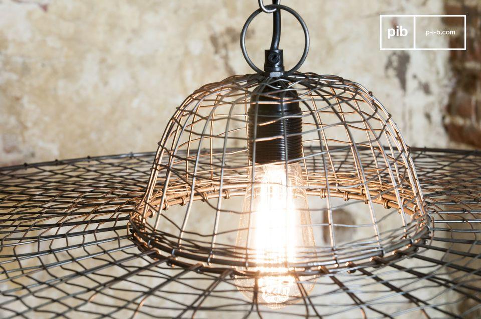 Una lampada realizzata con metallo intrecciato per un risultato stravagante