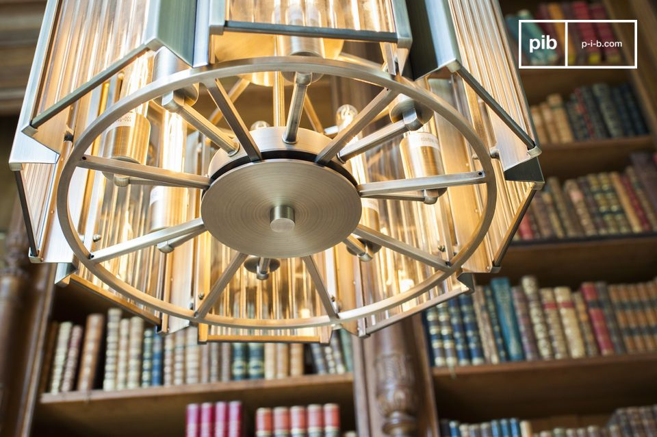 Il lampadario Antibes combina un design tipico dei primi anni del XX secolo con una qualità
