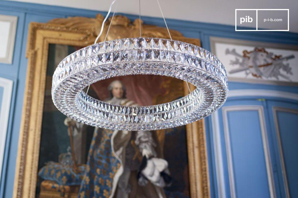 Il lampadario in vetro Monte Carlo è composto da centinaia di rettangoli in vetro smussato