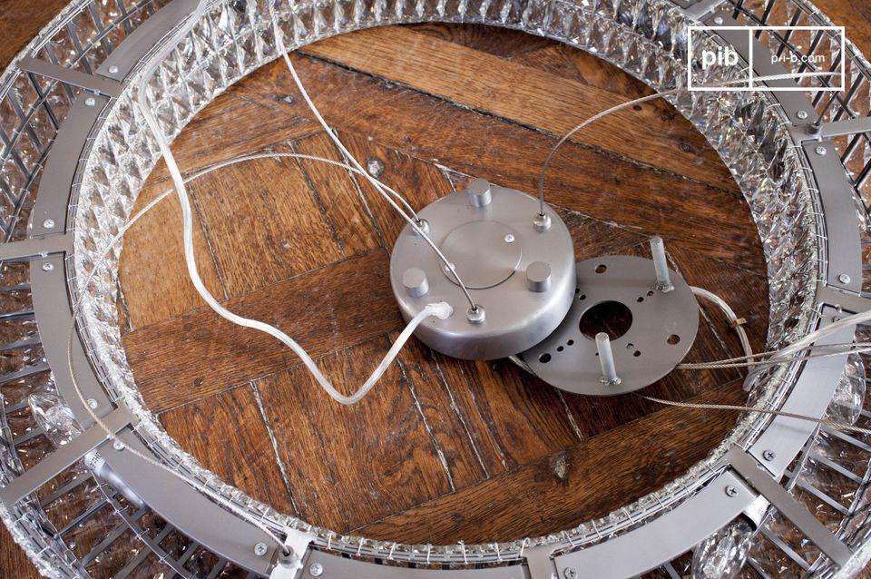 La distanza tra il lampadario e il soffito è regolabile fino a 150 cm