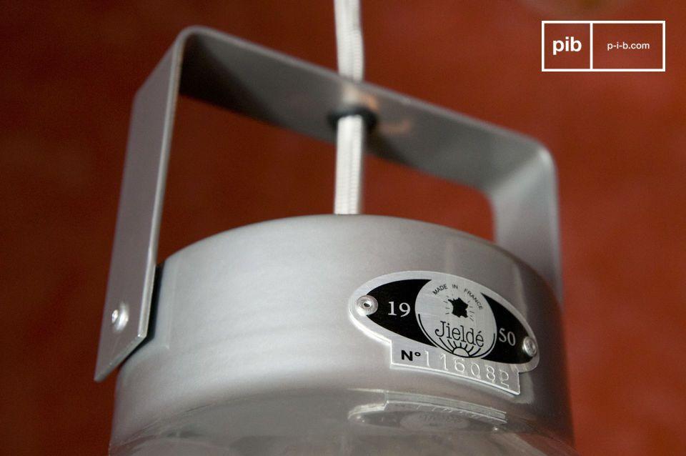 Come fece anche per le lampade con bracci, Jean-Louis Domecq (J