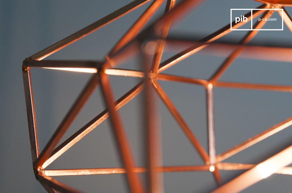 La lampada a sospensione Sancy ha una bellissima forma a diamante interamente realizzata in metallo