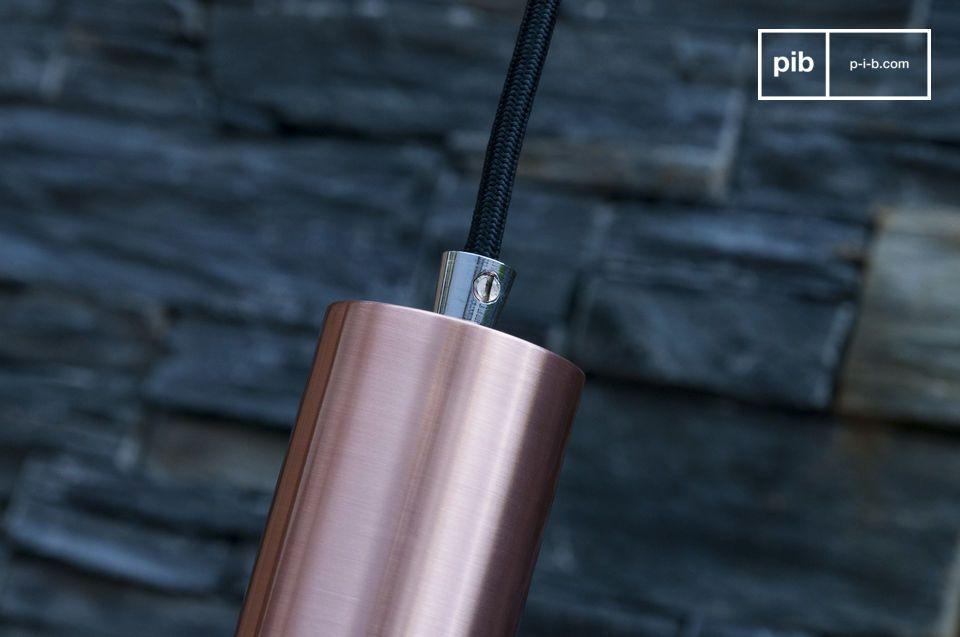 La forma allungata del lampadario consiste in una parte inferiore leggermente più ampia ed una