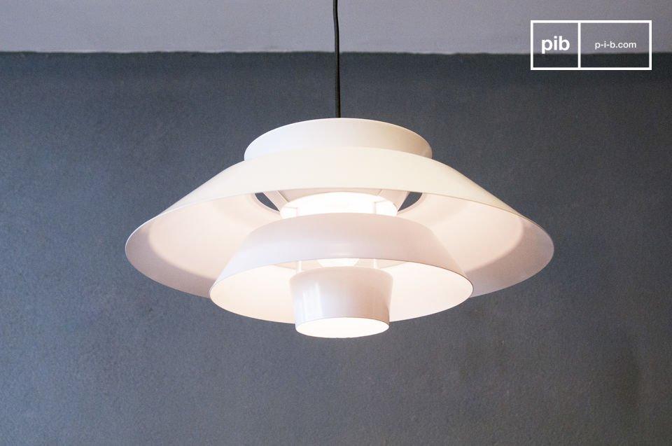 Il lampadario Trebäl affascinerà voi e i vostri ospiti grazie al suo fine design e alla