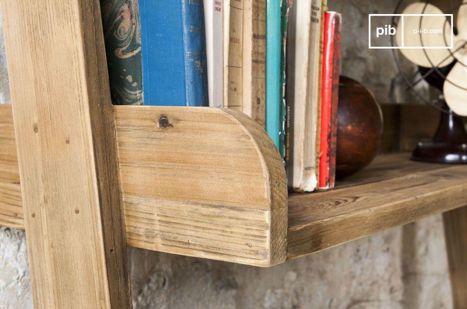 Interamente realizzata in legno massiccio