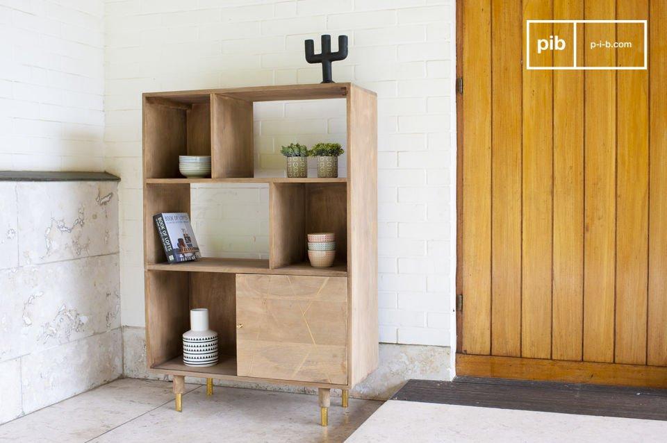 La libreria legno massello Messinki è caratterizzata da qualche tocco dorato che gli conferisce
