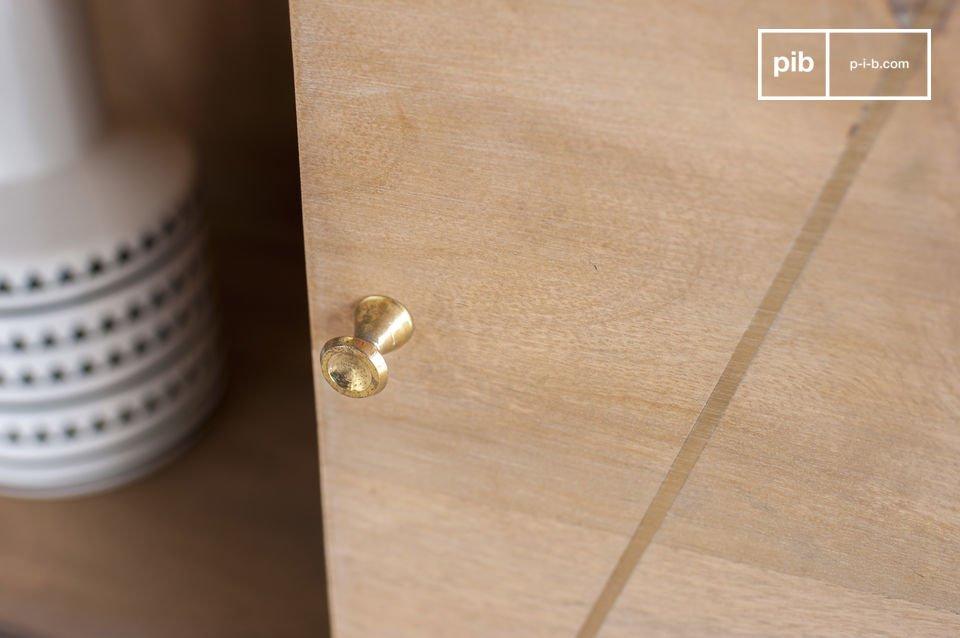 Interamente realizzata in legno massiccio patinato