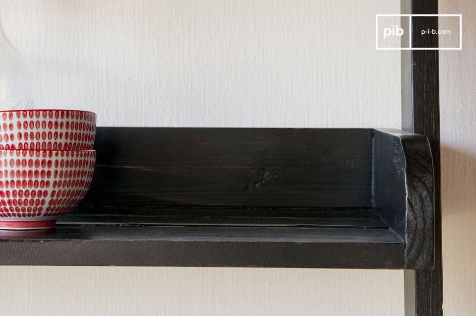 Una libreria che mette in risalto il fascino del legno vecchio riciclato: la libreria in legno nero