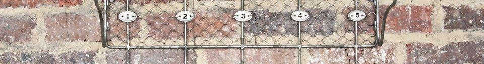 Materiali prima di tutto Mensola a griglia con ganci numerati