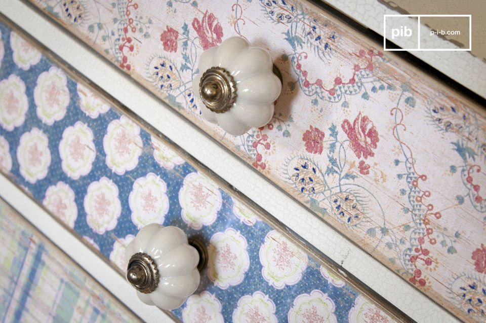 Su ogni cassetto è presente una piccola maniglia in porcellana bianca con un dettaglio in ottone