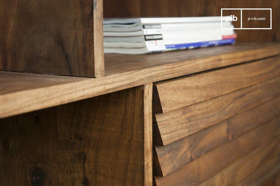 Interamente realizzato in legno, esibisce  le linee tipiche dello stile Scandinavo anni '50